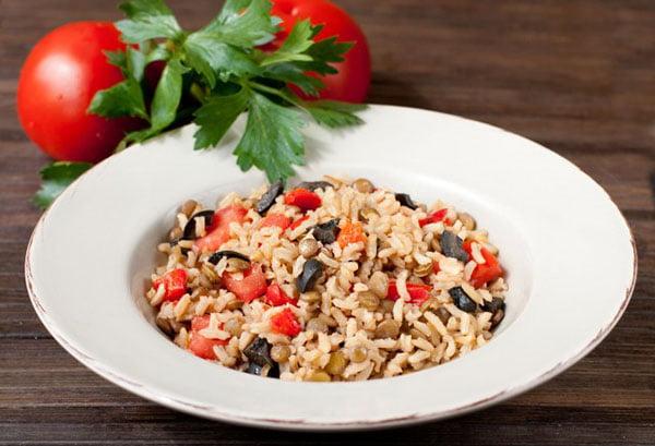 Бурый рис с оливками и перцем