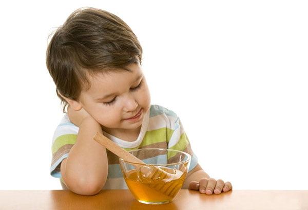 Ребенок с миской меда