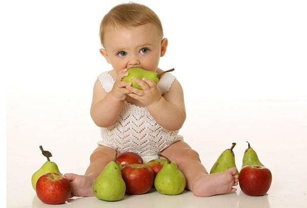 Малыш ест грушу