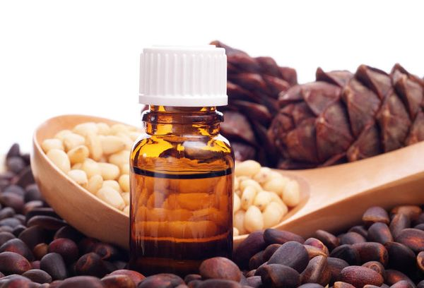 Кедровые орешки и масло в бутылочке