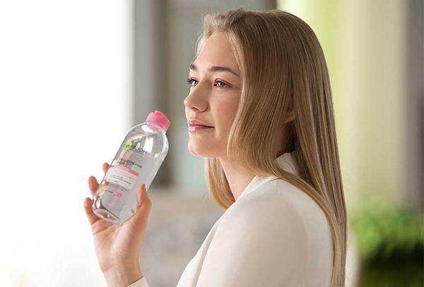 Девушка с мицеллярной водой Garnier