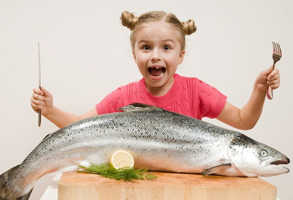 Девочка с большой рыбой