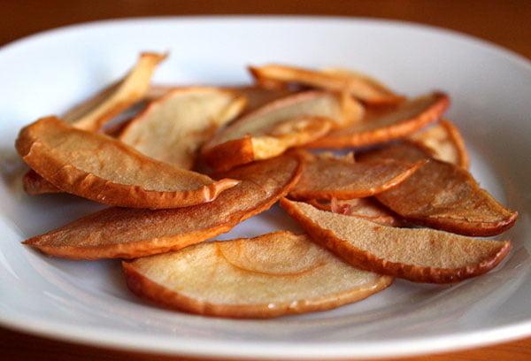 Дольки сушеных  яблок на тарелке
