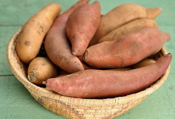 Сладкий картофель на столе