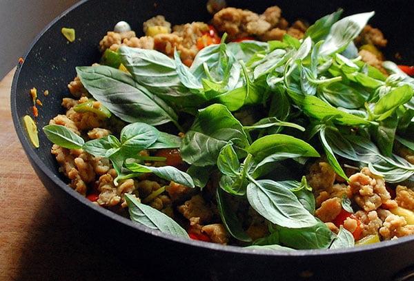 Блюдо со свежим базиликом