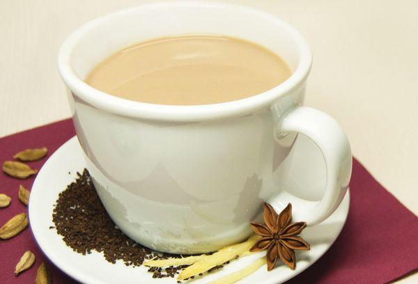 Индийский чай в белой чашке