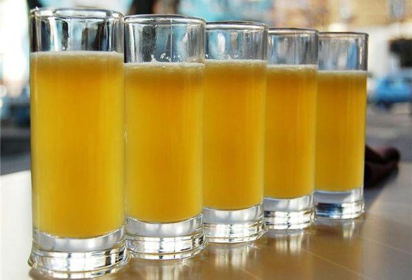 напиток на основе меда в стаканах