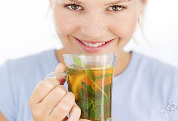 Женщина пьет мятный чай
