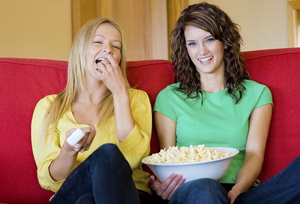 Девушки едят попкорн