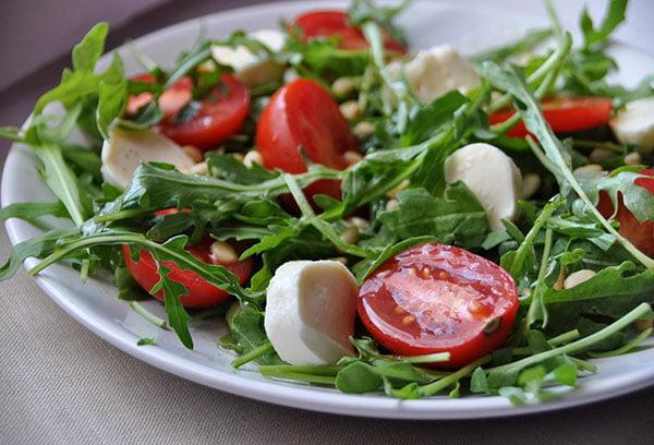 Салат с рукколой и томатами