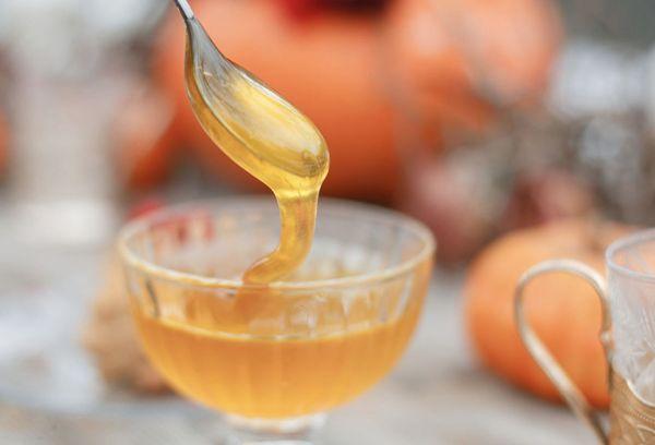мед в стеклянной вазе