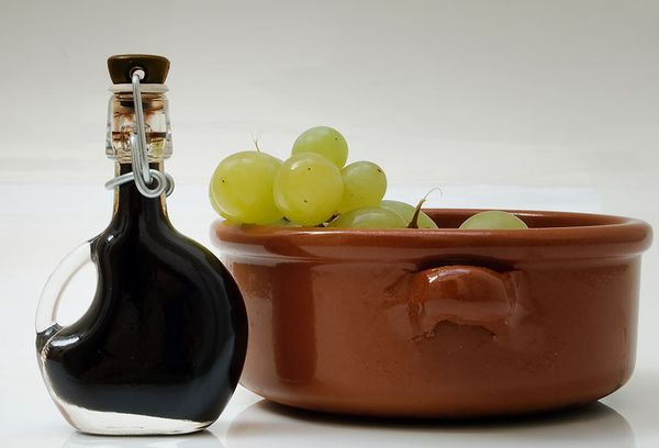 белый виноград и уксус в бутылке