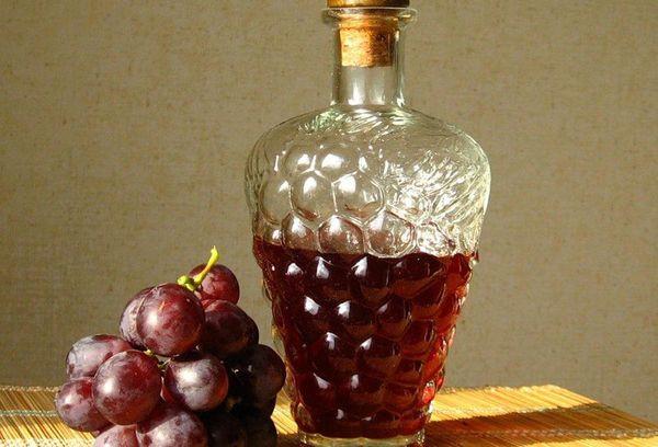 красный виноград и бутылка с уксусом