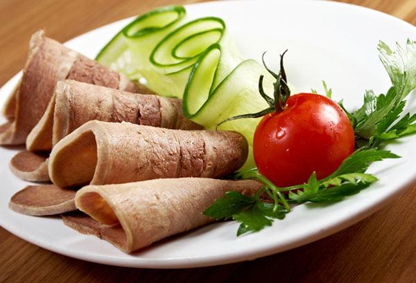 Говяжий язык с овощами