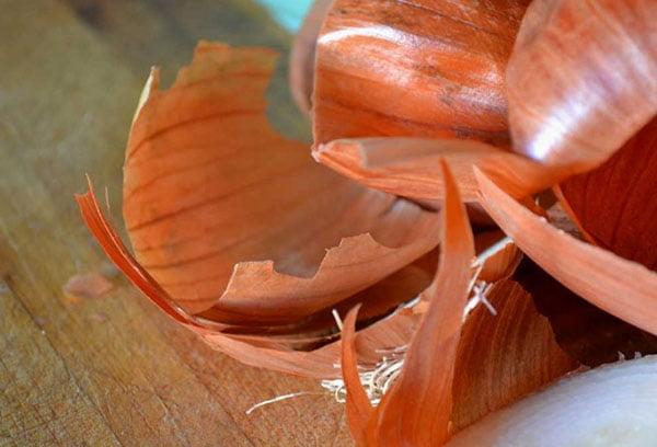 Луковая шелуха: польза и вред, 5 сфер применения