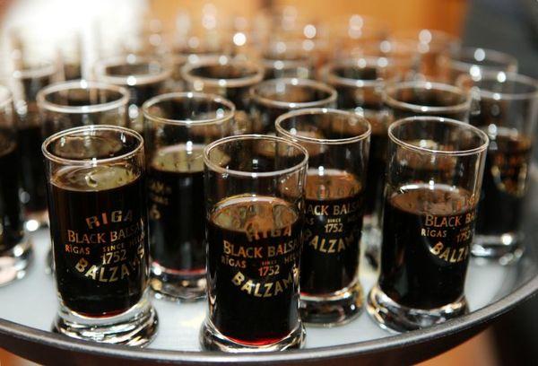 стаканы с черным рижским бальзамом