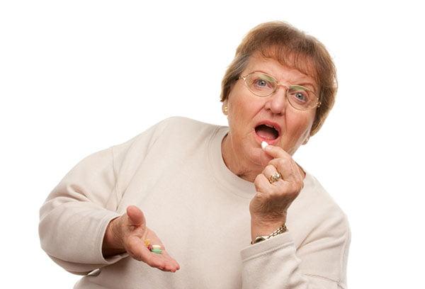 Женщина принимает статины