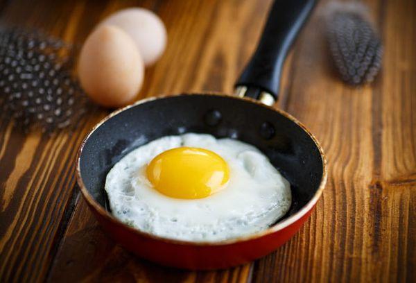 жаренное яйцо на маленькой сковороде