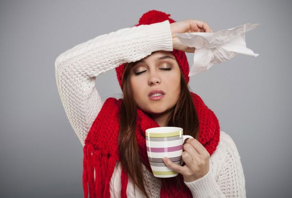 простуженная девушка с чашкой