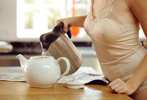 Женщина заваривает травяной чай