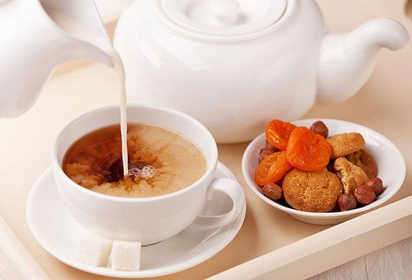 Добавление молока в черный чай