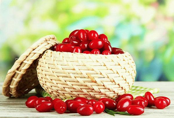 Свежие ягоды кизила