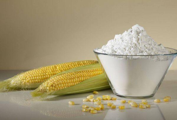 кукуруза и крахмал в стеклянной миске