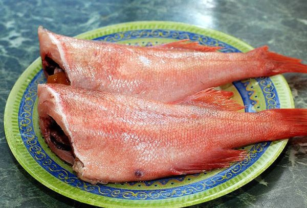 рыба окунь на тарелке