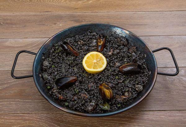 блюдо из черного риса с мидиями
