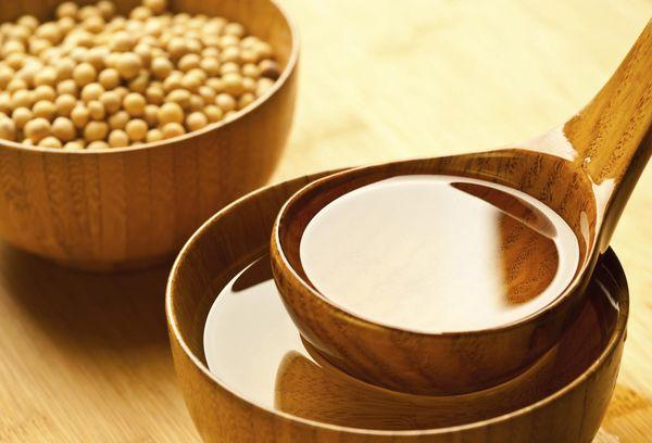 соя и масло из сои на деревянной ложке