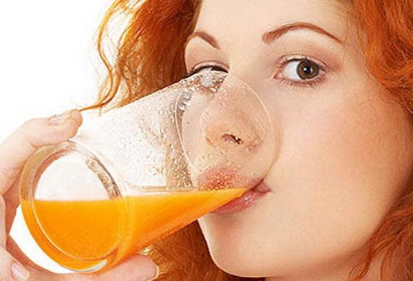 Девушка пьет тыквенный сок