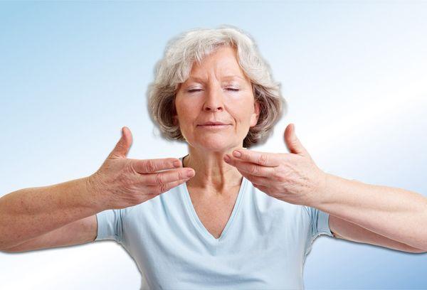 женщина делает дыхательную гимнастику