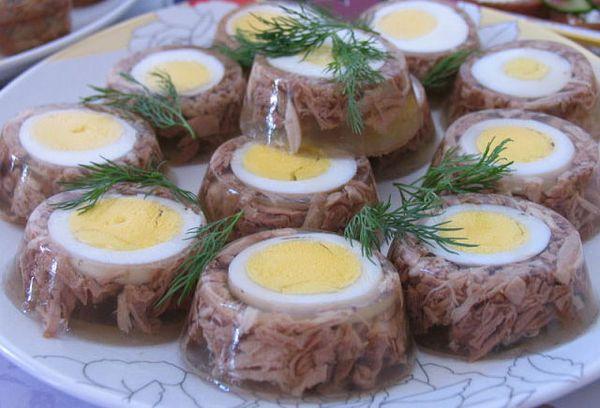 Холодец с яйцами