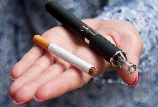 Электронная и обычная сигареты