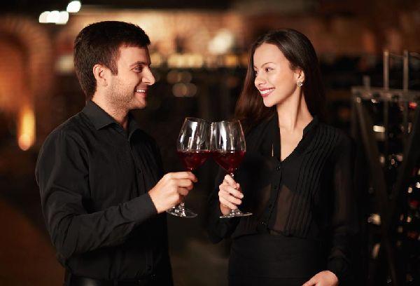 мужчина и женщина пьют коньяк