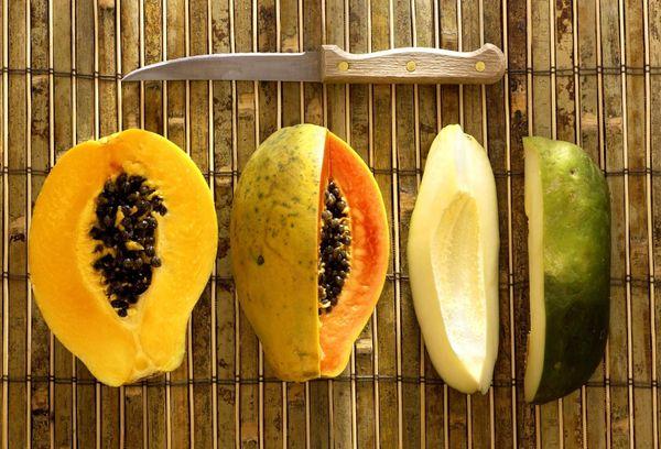 разрезанная по полам папайя