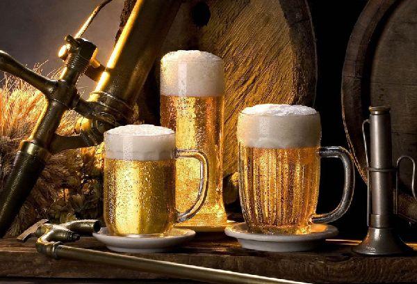 стаканы и бокалы с пивом