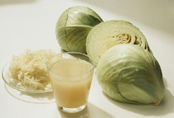кочаны капусты стакан с соком из капусты