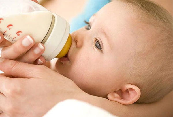 Кормление младенца смесью