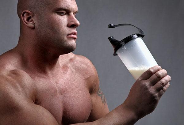 Спортсмен с протеиновым коктейлем
