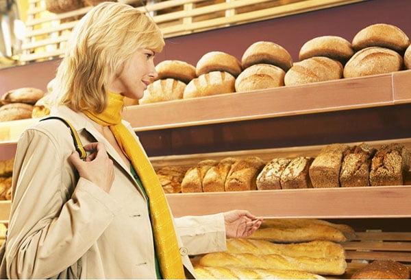 Выбор хлеба в магазине