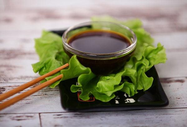 Соевый соус и лист салата