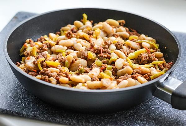 Фасоль с фаршем на сковороде