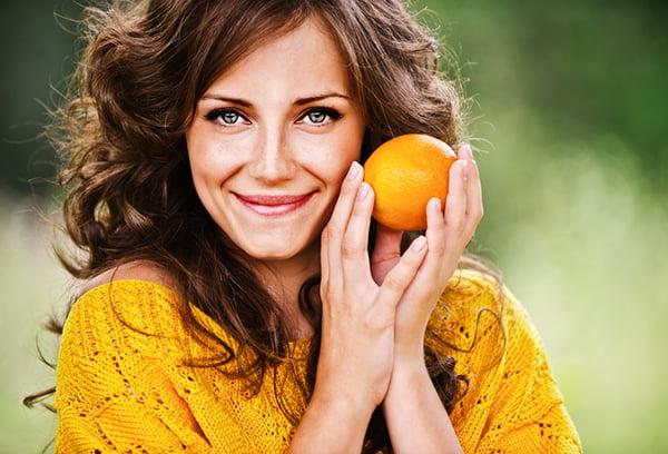 Женщина с апельсином