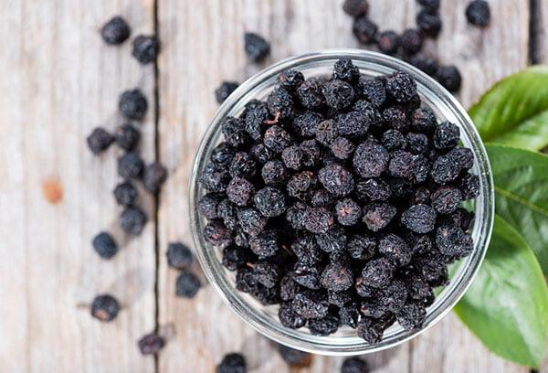 Сушеные ягоды черноплодной рябины
