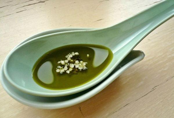 Конопляное масло в керамической ложке