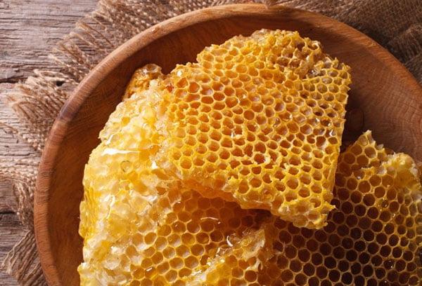 Медовые соты на тарелке