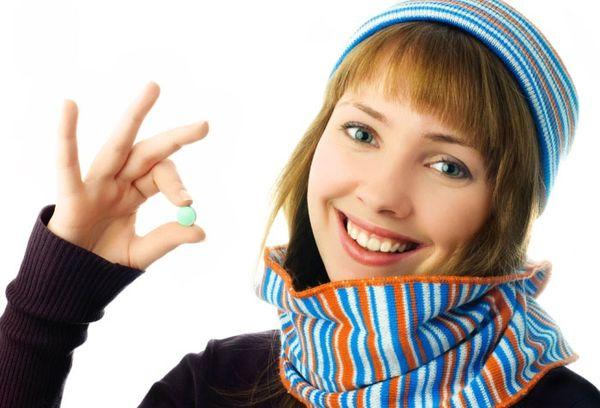 Девушка с таблеткой