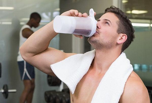 Мужчина пьет витаминный напиток с льняной мукой
