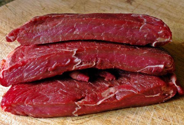Сырые куски медвежьего мяса